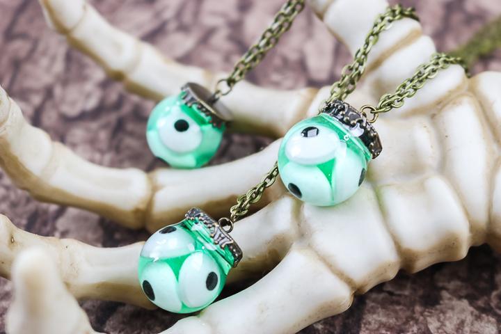 pendentif collier globe oculaire halloween